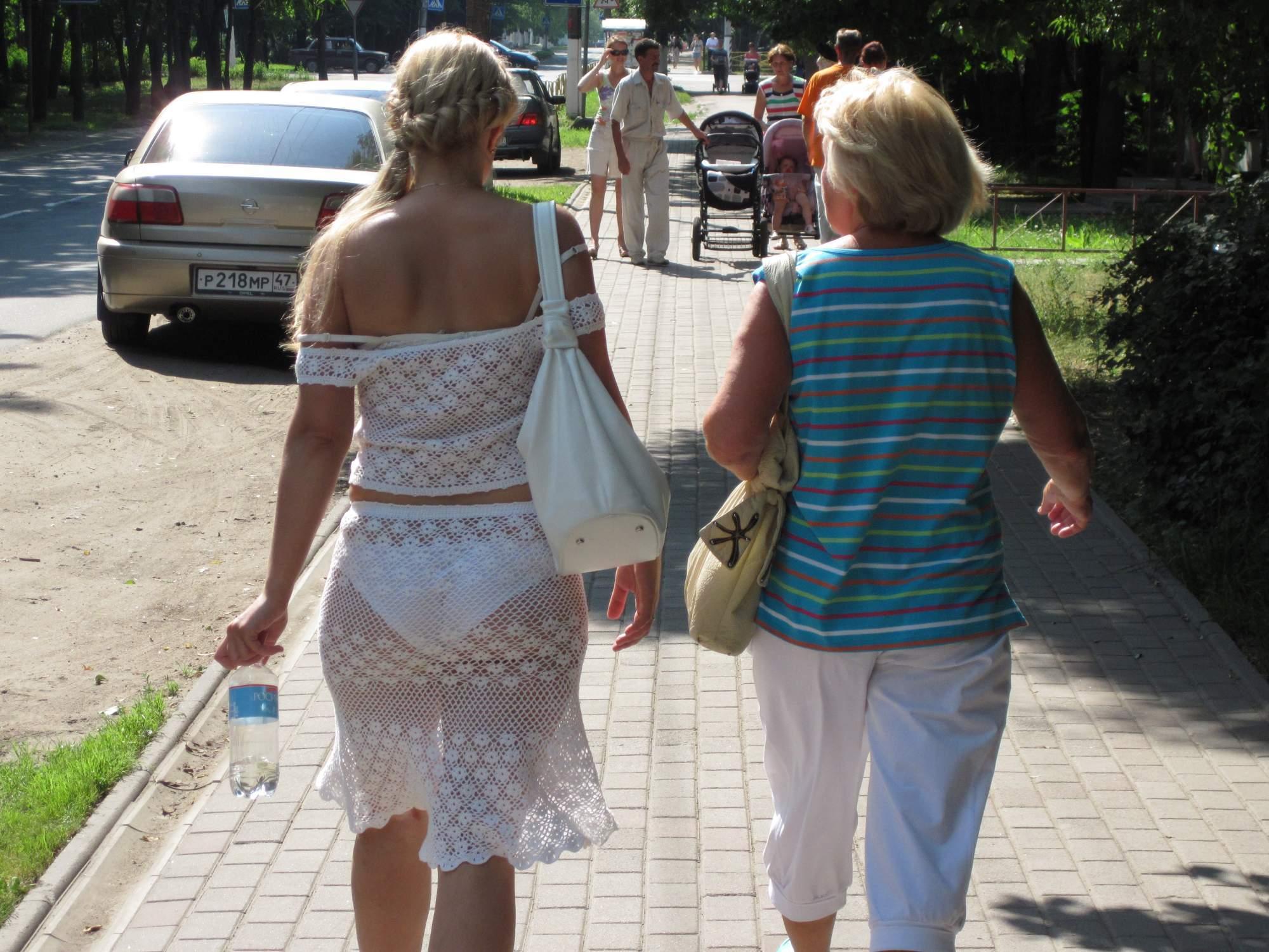 Зрелые женщины на улице
