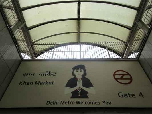 Dillí – metro Super moderní metro. Se svými téměř 200 kilometry trati a 145 stanicemi je metro v Dillí třináctým největším metrem na světě. Moderní, klimatizované vagóny. Dobrá orientace, dobré značení v angličtině. Uvnitř vagónů vizuální i akustická indikace pozice vlaku na trase. Elektrické zásuvky na dobíjení mobilů :-) První vagón rezervovaný jen pro ženy Neuvěřitelná čistota, moderní design Nejrychlejší způsob jak se přesouvat v lidmi a auty přecpaném Dillí Systém žetonů a přeplacených karet, z nichž se odečítá částka podle vzdálenosti. Přervané ve špičkách.