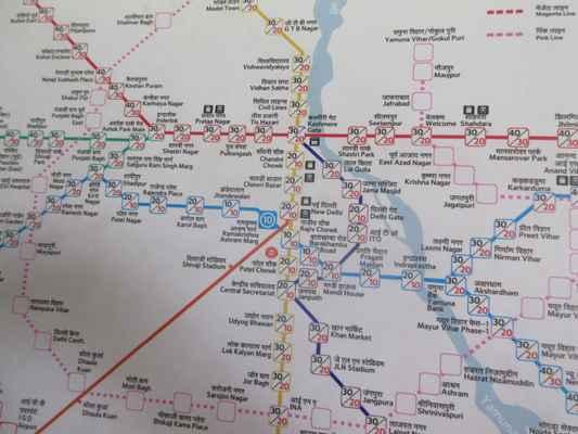 """Mapa metra.  Pýchou hlavního města """"Delhi Metro"""" je rychlý tranzitní systém sloužící Delhi, Gurgaon a Noida na území hlavního města Dillí. Je známá svými standardy světové třídy s ohledem na bezpečnost, spolehlivost, přesnost a pohodlí. Má kombinaci vyvýšených linek a podzemních tratí a využívá jak železničních vozidel s širokým rozchodem, tak i standardních kolejových vozidel"""
