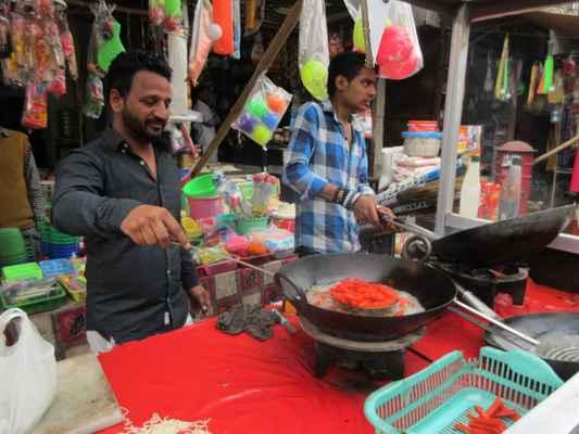 K obědu si dáváme smažené hranolky v indickém koření.