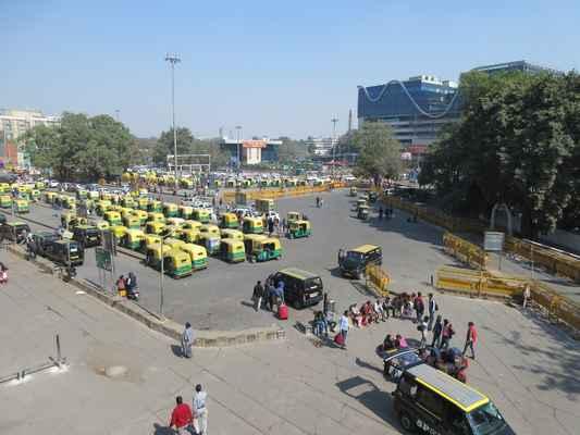 Před hlavním nádražím v New Delhi. Tuk tukáři jsou jako kobylky.