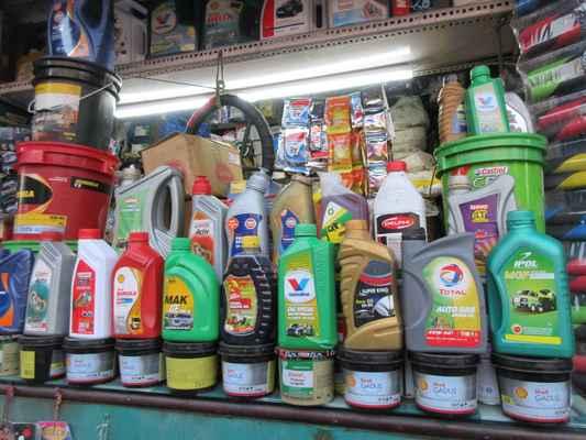 Velký výběr motorových olejů .