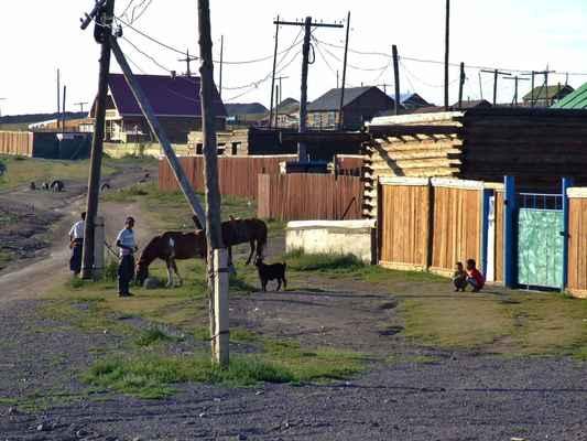 Zadrátované podvečerní dopásání. A další z atributů Mongolska - vysoké prkenné ploty kolem domů, na okrajích měst a v rámci celých osad-městeček.