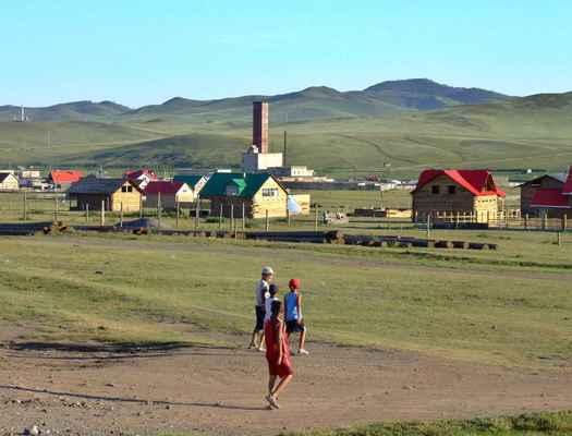 (V Erdenet – 2. největší město v Mongolsku, založené za sovětské éry kolem dolů na měděnou rudu – nás zaujala JEN restauráčka na pozdní oběd, plus první setkání s výbornými mongolskými nanuky na ulici)   Za fotky hodné jsem považoval až následné scenérie kolem malých osad-městeček na další cestě.