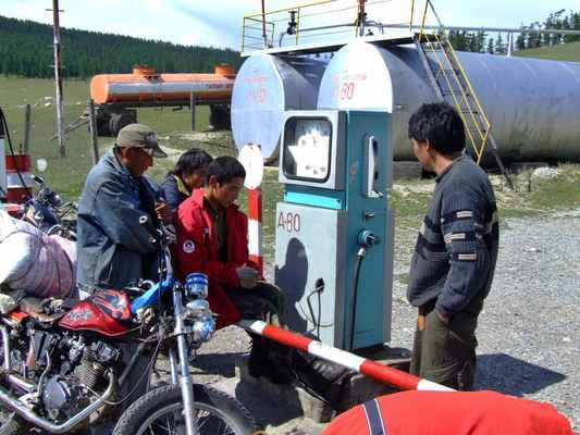 U jezera už žádná benzinka nebude, je nutno dotankovat