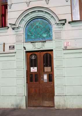 Zednářské symboly nade dveřmi domu v ulici Stará.