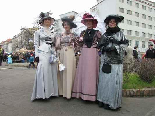 Komentovaná dobová módní přehlídka, secese, 1.republika - cena smluvní, dle počtu modelek a prezentovaných kostýmů (tel.: 605834900)