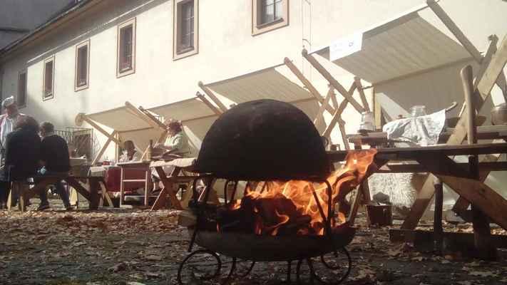 Pekař - pečení chleba v hliněné peci - cena 2500,-/den + doprava 6,-/km z Jílového u Prahy, Mladé Vožice o Proboštova