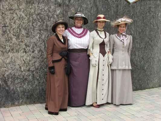 Komentovaná módní přehlídka 1. republika - cena smluvní, dle počtu modelek a prezentovaných kostýmů (tel.: 605834900)